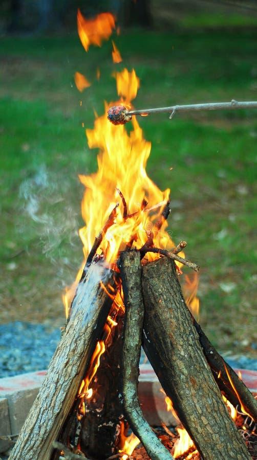 Het branden van kampvuur stock afbeeldingen