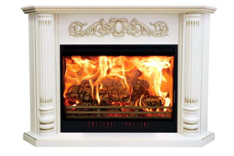 Het branden van klassieke open haard van wit marmer Geïsoleerd op wit stock foto's
