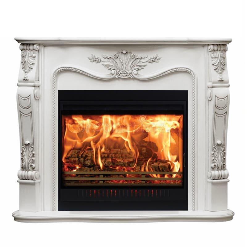 Het branden van klassieke open haard van wit marmer Geïsoleerd op wit stock afbeeldingen