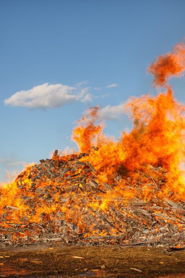 Het branden van reusachtig vuur tegen de blauwe hemel stock fotografie