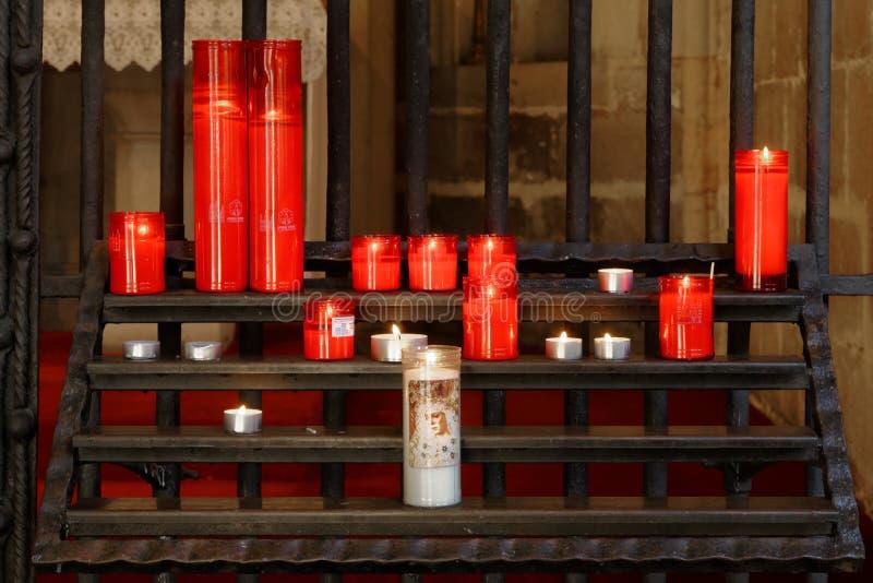 Het branden van rode kaarsen in een kerk, Venetië, Italië royalty-vrije stock foto's