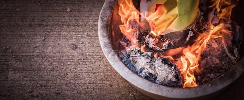 Het branden van vals goud in Chinese Nieuwe Year& x27; s Dag royalty-vrije stock foto