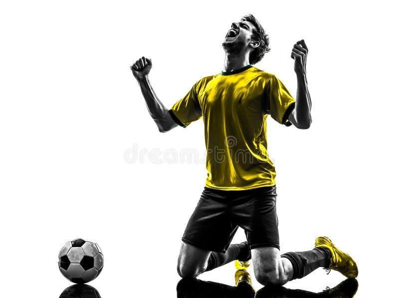 Het Braziliaanse het gelukvreugde van de voetbalvoetbalster jonge knielen ma royalty-vrije stock foto's
