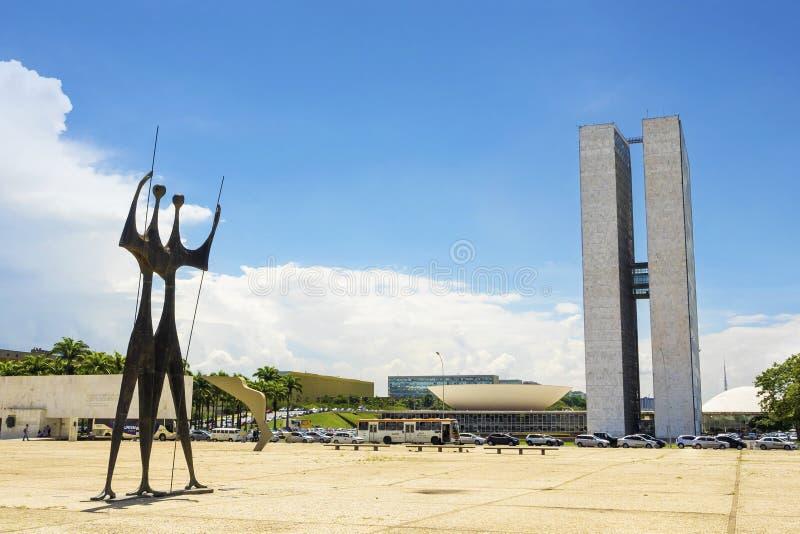 Het Braziliaanse Nationale Congres en Monument van Dois Candangos, Brasilia, Brazilië royalty-vrije stock afbeeldingen