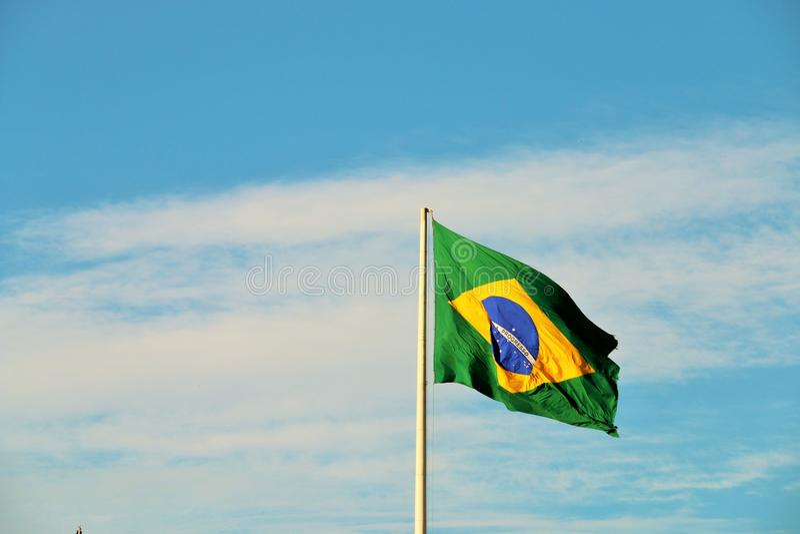 Het Braziliaanse vlag golven stock foto's