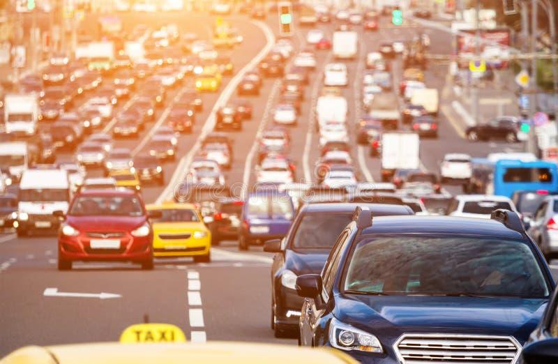 Het brede hoogtepunt van de stadsstraat van auto's stock afbeelding