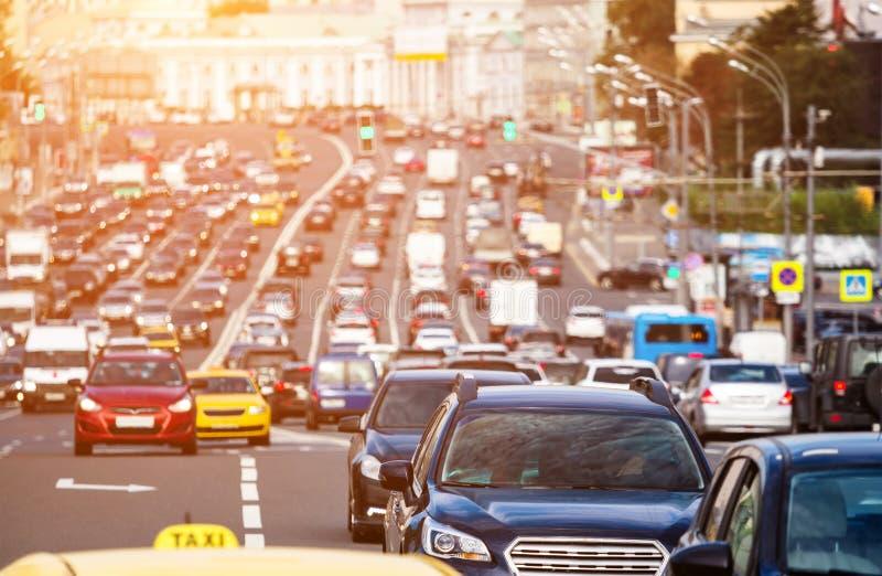 Het brede hoogtepunt van de stadsstraat van auto's stock foto