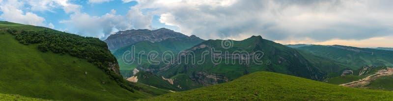 Het brede landschap van de hoek groene berg stock foto