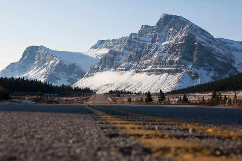 Het Brede rijweg met mooi aangelegd landschap van Icefields stock afbeeldingen