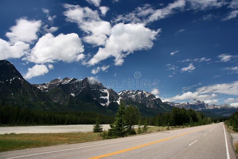 Het Brede rijweg met mooi aangelegd landschap van Icefields in Canada stock fotografie