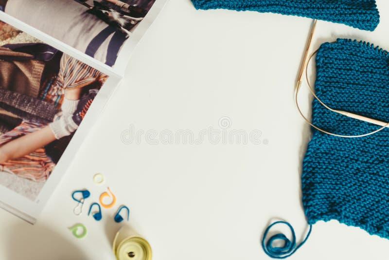 Het breien, garen, breinaalden op de lijst textuur van knitte royalty-vrije stock afbeelding