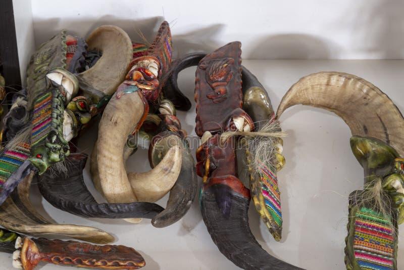 het breien op een traditionele manier met een lamabeen royalty-vrije stock foto