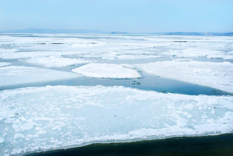 Het breken van de ijsschol van het de lenteijs stock foto