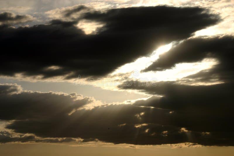Het breken van de zon door de wolken royalty-vrije stock foto's