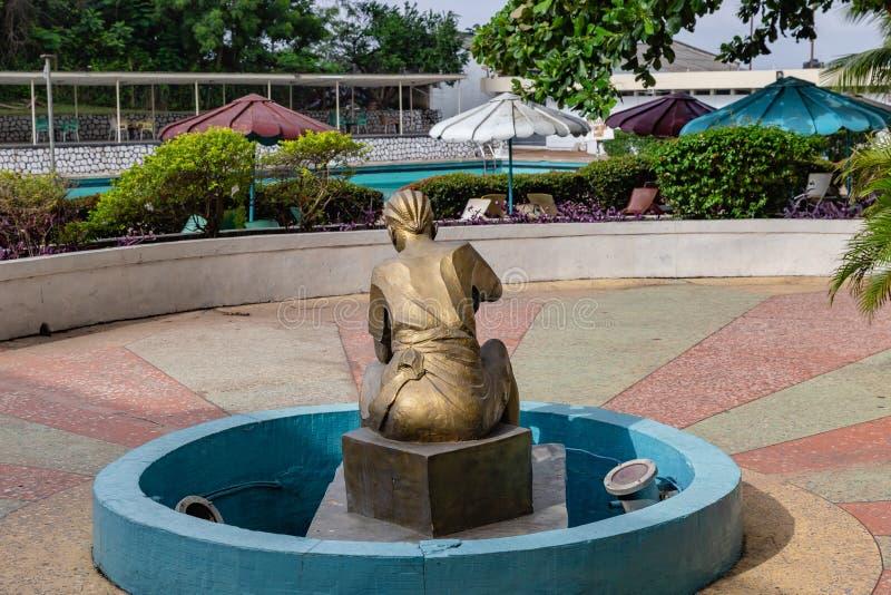 Het bronsbeeldhouwwerk van een vrouw kleedde zich in Yoruba-kledij met haarvlecht in Eerste Hotel Ibadan Nigeria West-Afrika royalty-vrije stock afbeeldingen