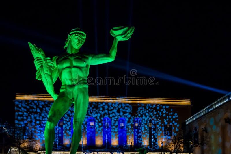 Het bronsstandbeeld van Poseidon in Zweden met kleurrijke licht toont 3 royalty-vrije stock afbeelding