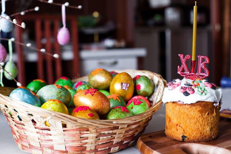 Het brood en de eieren van Pasen stock afbeelding