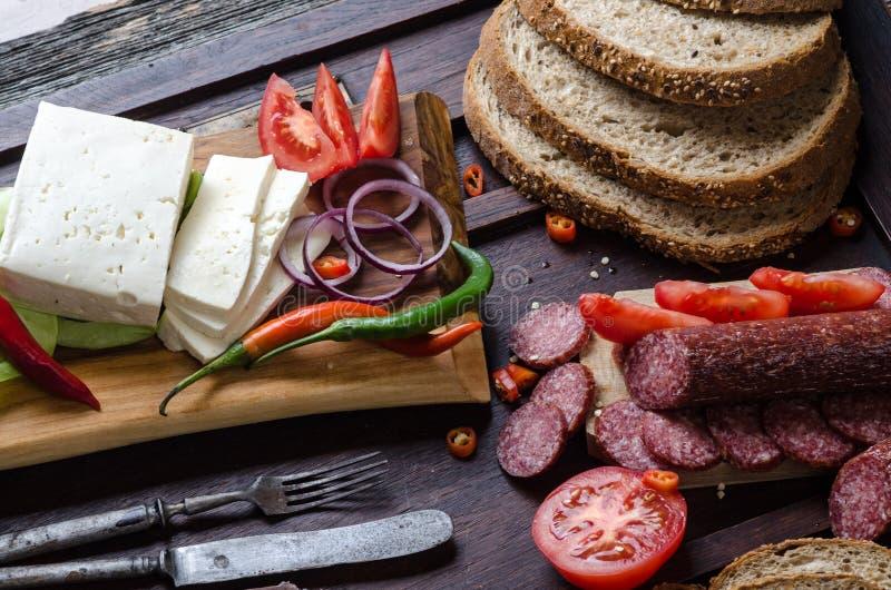 Het brood en de groenten van de worstenkaas stock fotografie