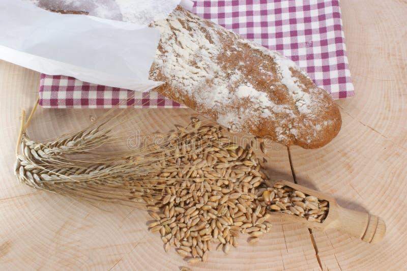 Download Het Brood En Het Graangewas Van Het Plattelandshuisje Stock Foto - Afbeelding bestaande uit organisch, gastronomisch: 10782990