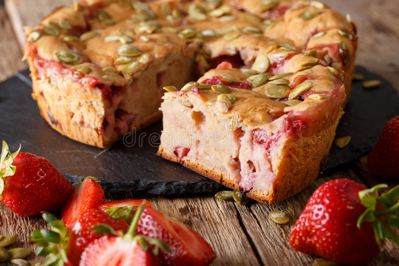 Het brood van de fruitbanaan met aardbeien en van pompoenzaden close-up royalty-vrije stock afbeeldingen