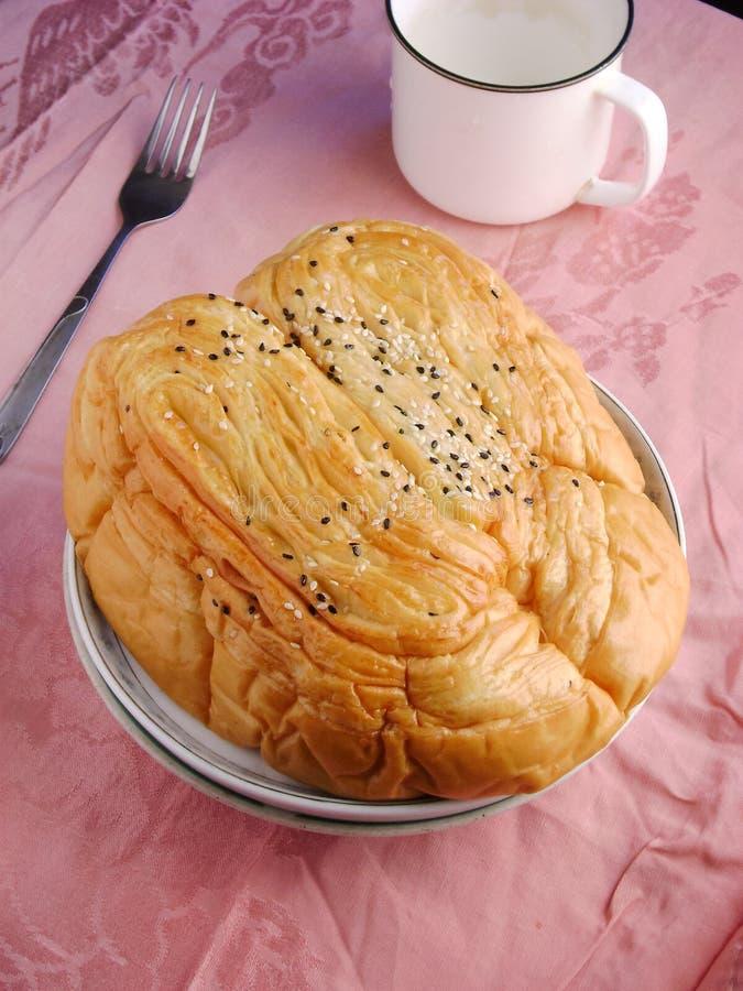 Het brood van de hartvorm met suiker en sesambovenste laagje stock afbeelding