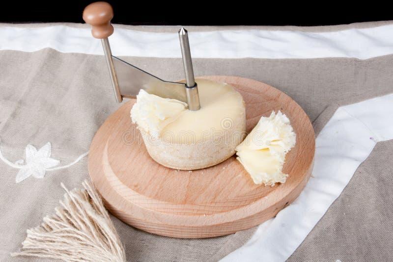Het brood van de kaas met kaasrasp royalty-vrije stock afbeelding