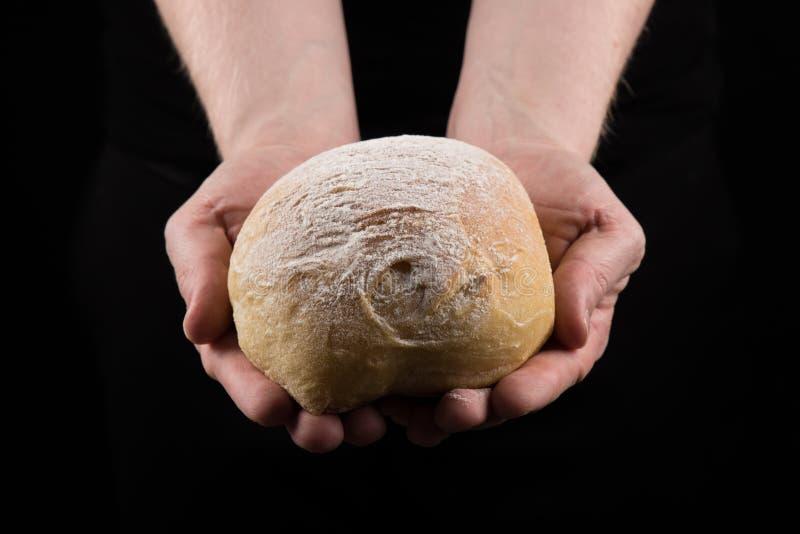 Het brood van de mensenholding met beide handen, die handen helpen die brood geven gecentreerd royalty-vrije stock foto's