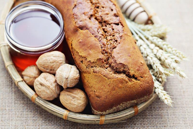 Het brood van de okkernoot en van de honing stock fotografie