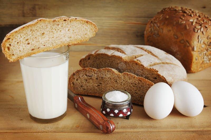 Het brood van de rogge en een glas melk voor het eten royalty-vrije stock foto