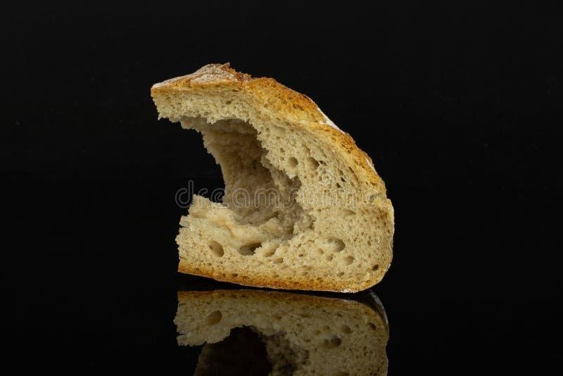 Het brood van de roggetarwe dat op zwart glas wordt geïsoleerd stock foto's