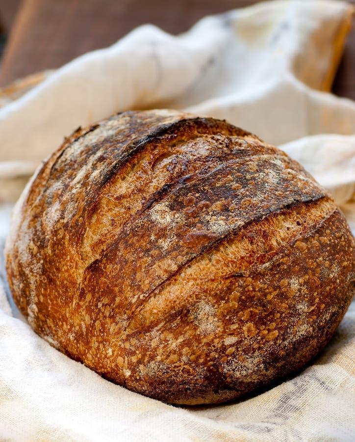 Het Brood van de zuurdesem op Hout stock afbeeldingen