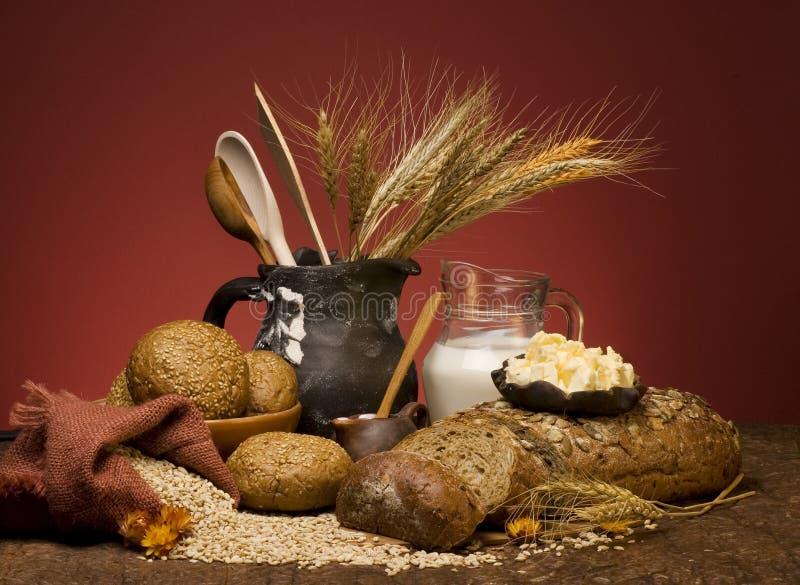 Het brood van het graangewas met korrel en melk. stock afbeeldingen