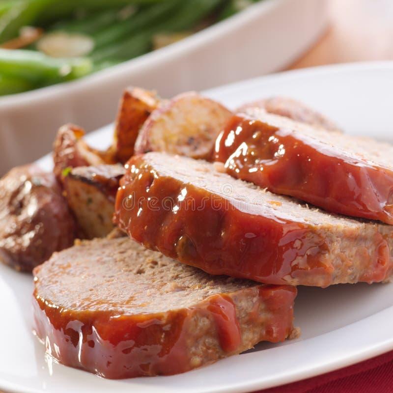 Het brood van het vlees met geroosterde kruidaardappels stock afbeelding