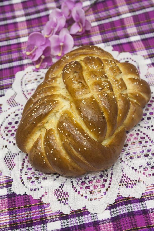 Het brood is zoet, zoet, aromatisch, ongebruikelijk in vorm Hallah is Joodse traditionele feestelijk stock foto
