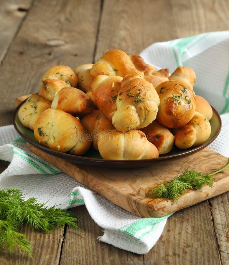 Het broodbroodjes van het knoflook die met dille worden gekruid royalty-vrije stock foto