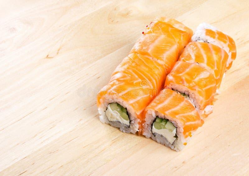 Het broodje Philadelphia van sushi op houten raad royalty-vrije stock foto's