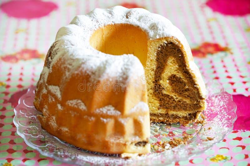 Het broodje van de noot dat met okkernoot bestrooid vullen, met suiker wordt gesneden royalty-vrije stock afbeelding