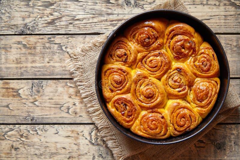 Het broodje van de pompoenkaneel rolt eigengemaakt zoet het broodvoedsel van het dalingsdessert royalty-vrije stock foto's