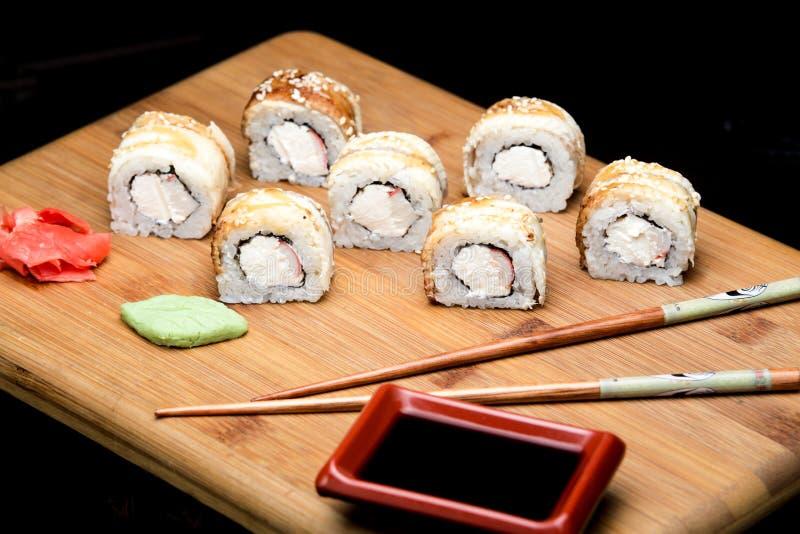 Het broodje van draaksushi met paling en roomkaas stock foto's