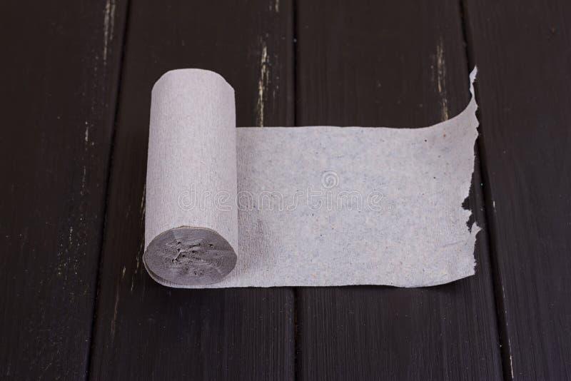 Het broodje van grijs toiletpapier royalty-vrije stock foto