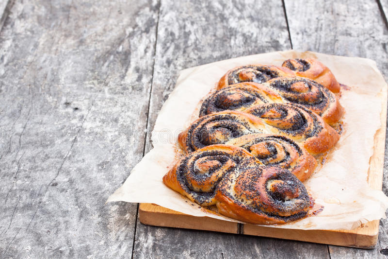 Het broodje van het papaverzaad op de lijst vers wordt gebakken die stock afbeelding