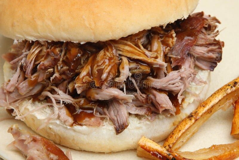 Het Broodje van het varkensbraadstuk met Geknetter royalty-vrije stock fotografie
