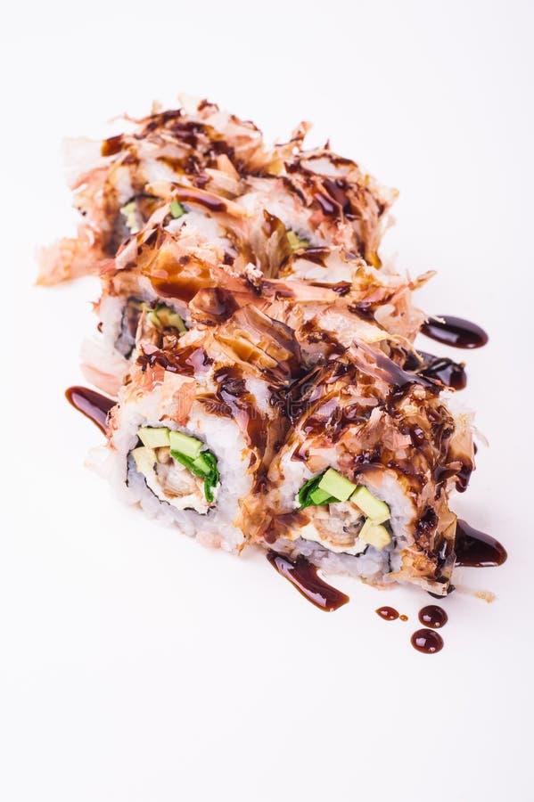 Het broodje van palingssushi in tonijnvlokken royalty-vrije stock afbeelding