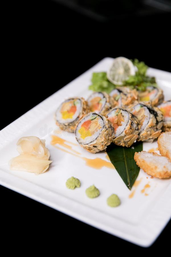 Het Broodje van regenboogsushi Sushimenu Japans voedsel Hoogste mening van geassorteerde sushi stock foto
