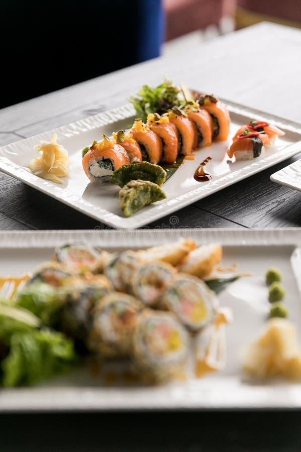 Het Broodje van regenboogsushi Sushimenu Japans voedsel Hoogste mening van geassorteerde sushi royalty-vrije stock foto's