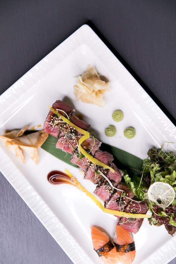 Het Broodje van regenboogsushi Sushimenu Japans voedsel Hoogste mening van geassorteerde sushi royalty-vrije stock afbeelding