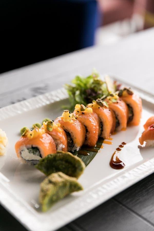 Het Broodje van regenboogsushi Sushimenu Japans voedsel Hoogste mening van geassorteerde sushi royalty-vrije stock foto