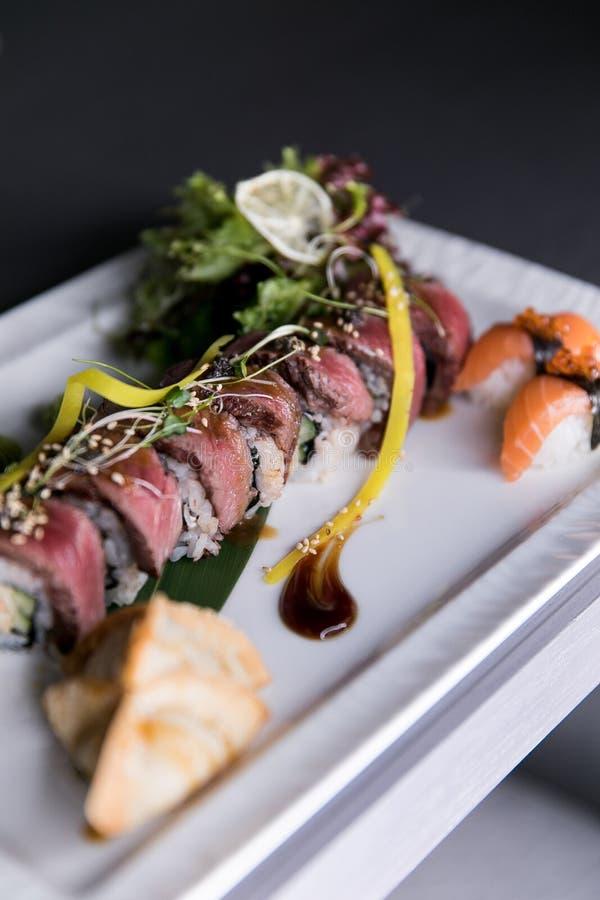 Het Broodje van regenboogsushi Sushimenu Japans voedsel Hoogste mening van geassorteerde sushi royalty-vrije stock afbeeldingen