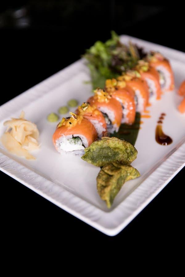 Het Broodje van regenboogsushi Sushimenu Japans voedsel Hoogste mening van geassorteerde sushi stock afbeeldingen
