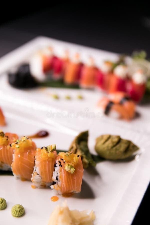 Het Broodje van regenboogsushi Sushimenu Japans voedsel Hoogste mening van geassorteerde sushi stock fotografie